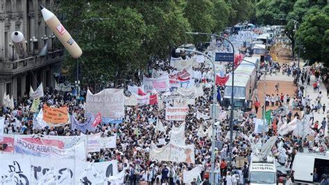agrupacin docente docentes en marcha en cisadems la banda multitudinaria marcha federal educativa en plaza de mayo