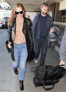 leslie mann judd apatow wedding leslie mann touches down in la with husband judd apatow
