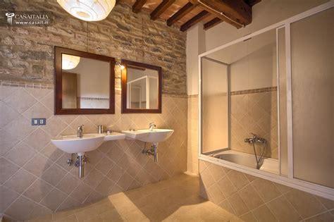 foto di bagni piccoli ristrutturati umbria assisi borgo ristrutturato con terreno e piscina