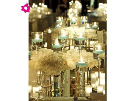 centros de mesa con velas para bodas velas azules con arreglos florales blancos para el centro