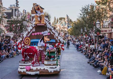 santa fell    sleigh   parade