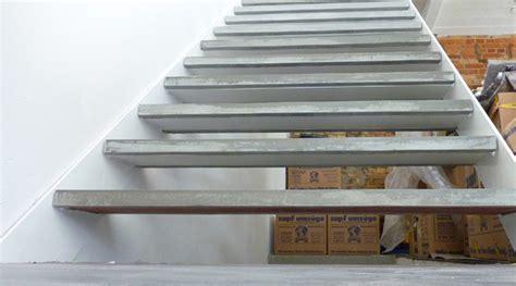 stahlgeländer innen treppenstufen holz auf beton bvrao