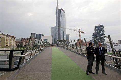 unicredit torino sede centrale porta nuova inaugurata la passerella sopra via melchiorre