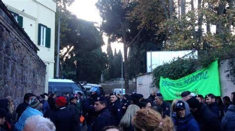 questura di pavia ufficio immigrazione roma blitz al baobab 23 stranieri portati via senza