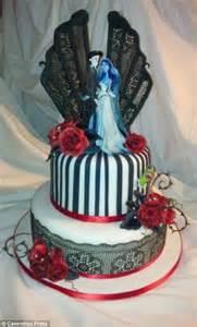 ceramic designer vicki smith creates amazing novelty cakes      fifty hours