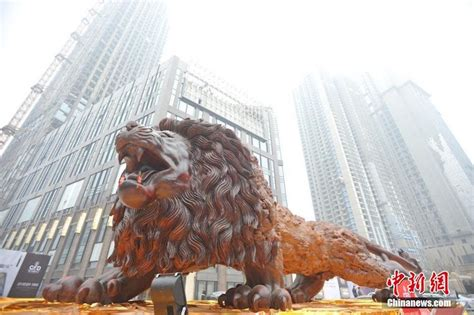 giant carved lion  worlds largest sculpture