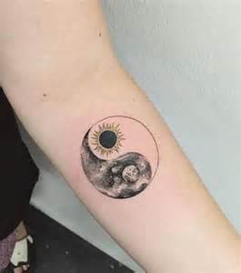 photo tatouage femme la lune et le soleil sur l avant bras