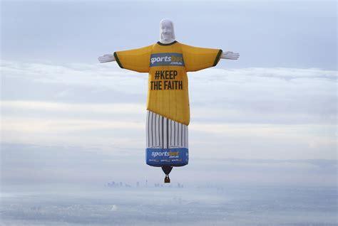 hot air balloon   shape  brazils christ  redeemer statue flies   sydney skyline