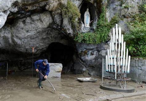 web grotta di lourdes francia inondata la grotta di lourdes photostory