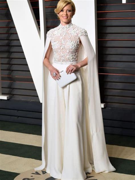 Elizabeth Banks, con vestido blanco de cuerpo de encaje