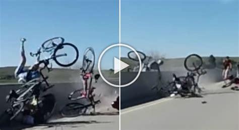 alimentazione ciclista dilettante colpito da una bici rischia di cadere dal ponte di 10