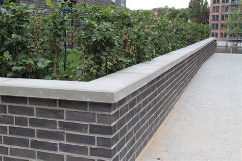 natursteinmauer mit holz