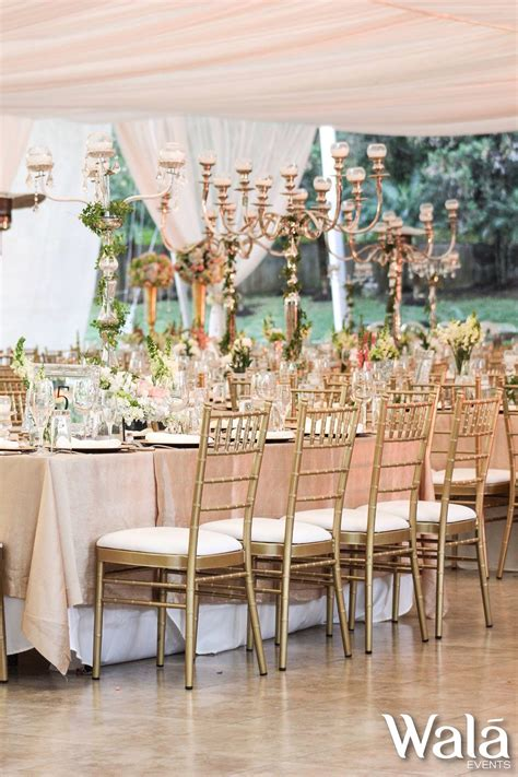 velas y candelabros mesa imperial con accesorios de velas y bouquets de flores