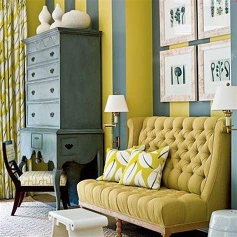 schrank verschönern tapete farbkombination grau gelb shabby wohnzimmer