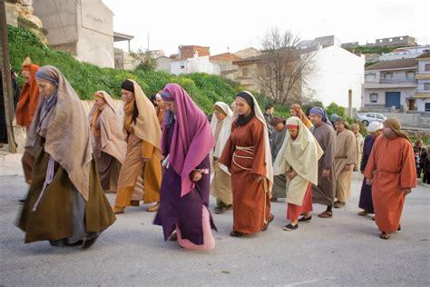 imagenes vestimenta mujeres judias semana santa viviente cuevas del campo