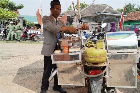 viral penjual cilok keliling  dandanan necis ala