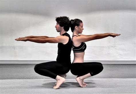 imágenes de yoga con dos personas lo que esconden las 26 posturasdel bikram yoga expertos