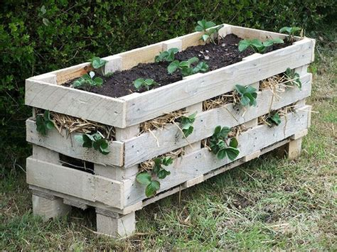 Diy Strawberry Planter by Diy Strawberry Pallet Planter Garden