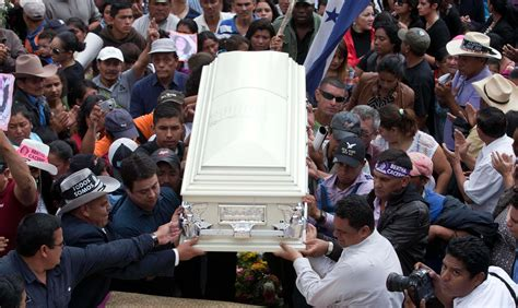 de personas acompa 241 an el funeral de berta c 225 ceres en