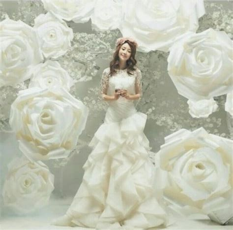 Flower Backdrop Wedding Uk by 1000 Ideas About Big Paper Flowers On