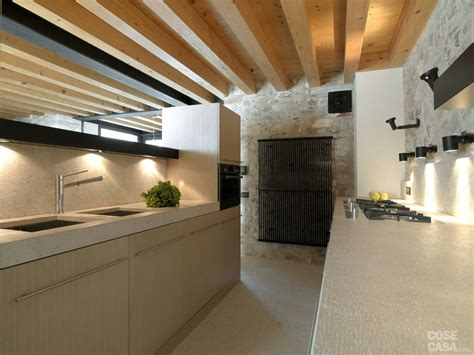 in pietra a vista legno e pietra a vista nella casa restaurata cose di casa