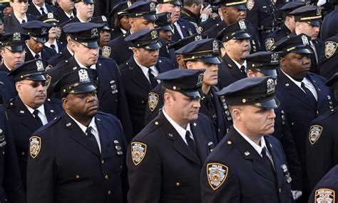 Nypd Officers by Nypd Turns Back On Mayor Bill De Blasio During Slain Cop S