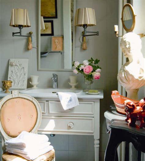 Charmant Meuble Salle De Bain Romantique #1: d%C3%A9co-salle-bain-romantique-style-ancien-chaise-m%C3%A9daillon.jpeg