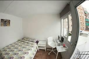 alquiler de cuartos en barcelona preciosa y gran habitaci 243 n para chica con ba 241 o privado