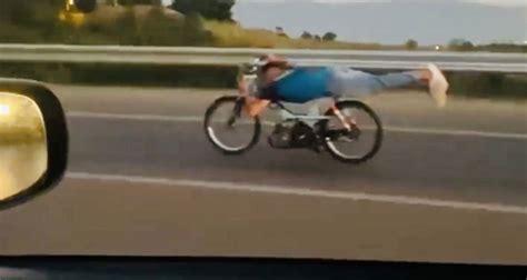 kilometre hizla motosikletin uezerine yatti oelueme