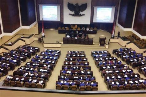Buku Dewan Perwakilan Daerah Republik Indonesia mahasiswa universitas pakuan dukung penguatan dpd