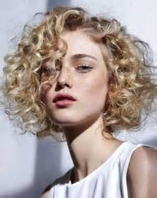 haircut for 59 year with natirally curly hair best 25 short curly hairstyles ideas only on pinterest