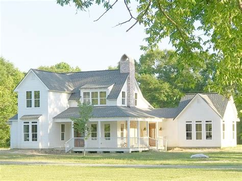 Farmhouse With Attached Garage by 25 Best Ideas About White Farmhouse Exterior On