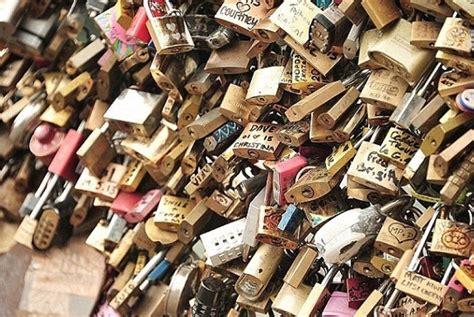 Gembok Cinta pagar dipasangi panel kaca wisatawan lock geram