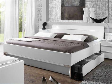 schlafzimmer mit schwarzen möbeln ikea betten