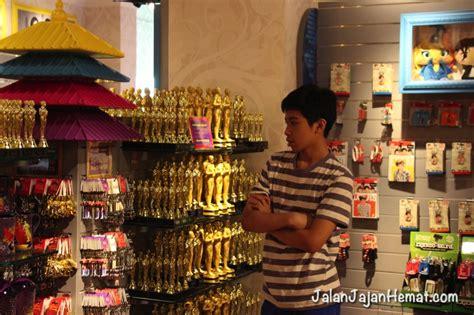 Harga Michael Lau berpose dengan tokoh terkenal di madame tussauds singapore