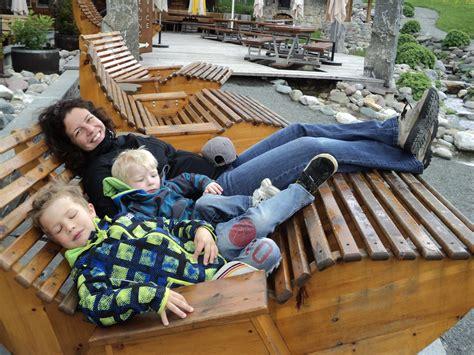 wandlen mit holz bequeme holzliegen im hexenwasser wandern mit familie