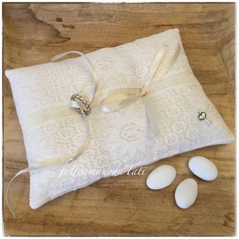cuscino per fedi cuscino per fedi in lino bianco avorio con pizzo b feste