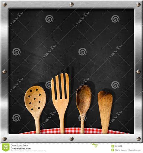 vid駮 de cuisine tableau noir vide avec des ustensiles de cuisine