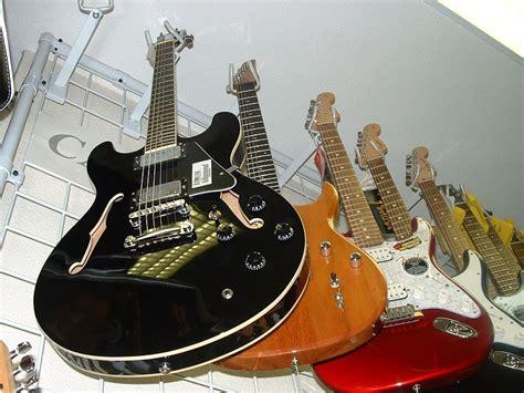imagenes de guitarras rojas fotos gratis m 250 sica guitarras colgadas pintura y