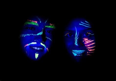 what body fluids glow under black light why does a black light make things glow wonderopolis