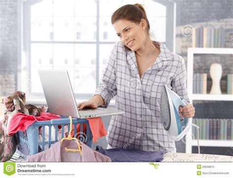 mulher a multitarefas em casa foto de stock imagem 20049810