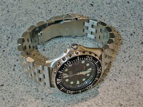 File:Citizen Promaster Eco Drive BN0000 04H Diver's 300 m on a Watchadoo bracelet 2