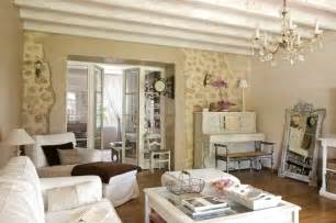 Homes And Interiors Magazine le salon chaleureux murs en pierre et plafond de poutres
