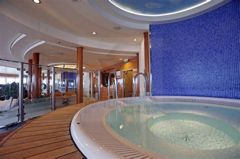 whirlpool für balkon whirlpool im bereich des fitness center color magic
