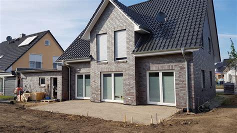 Wie Verlege Ich Terrassenplatten by Anleitung Keramik Terrassenplatten Verlegen So Geht S