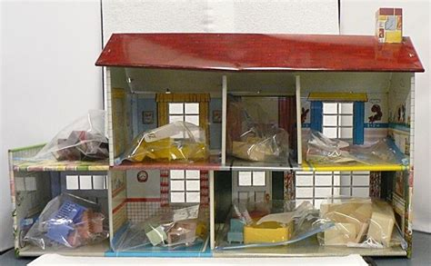 tin doll house old 1950s marx tin doll house with furniture and babies ebay