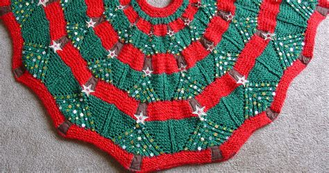 Knitting Pattern Christmas Tree Skirt | knitted christmas tree skirt pattern a knitting blog