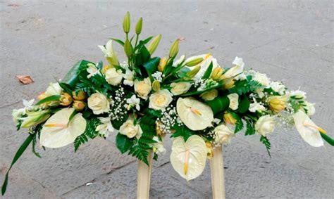 immagini di fiori bianchi cuscino funebre di fiori bianchi fiori de berto