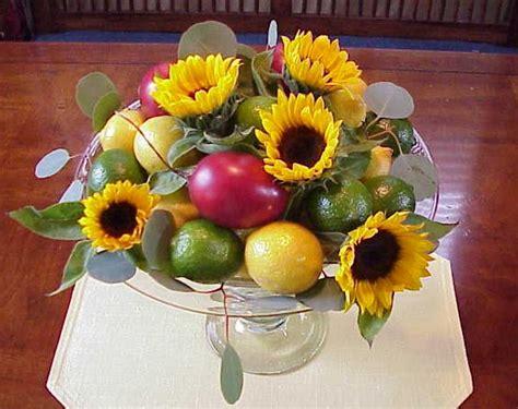 fiori con la frutta centrotavola con frutta