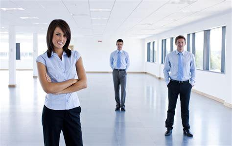 galateo in ufficio conosci le buone maniere per l ufficio tgcom24